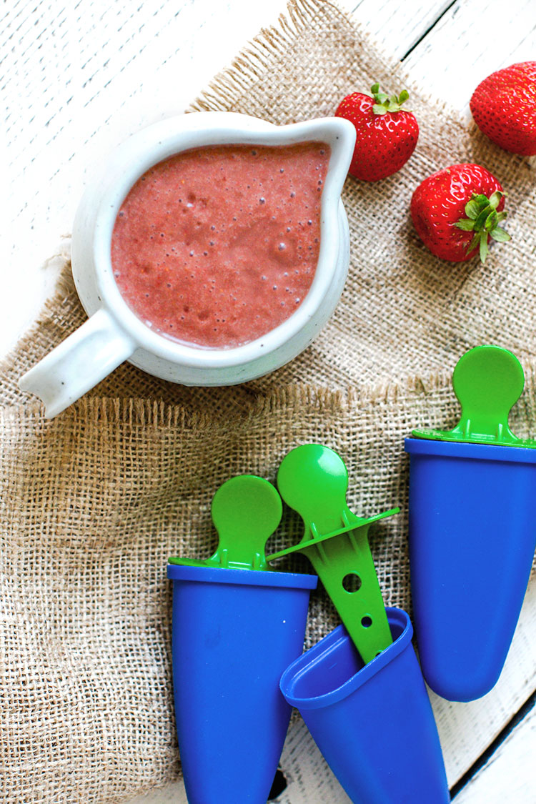 Healthy berry popsicles made with fresh strawberries, raspberries and superfood powder. #Cleaneating #popsicles