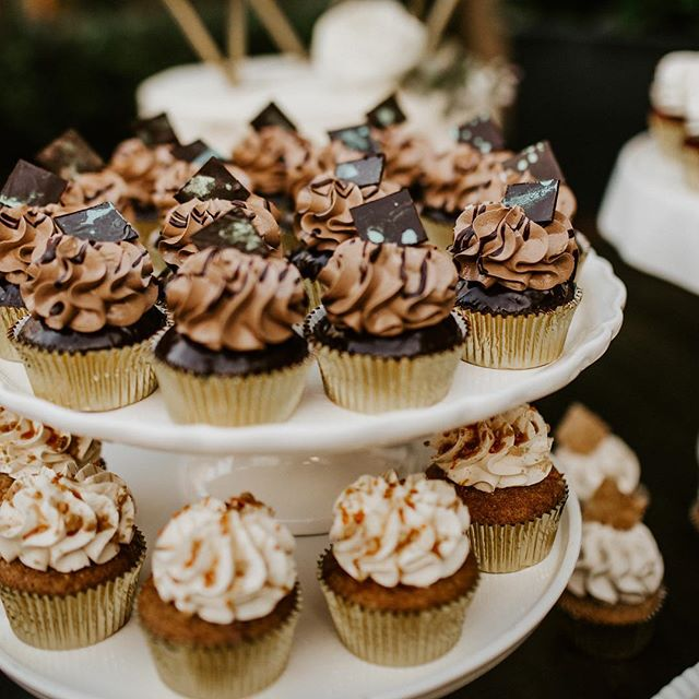 Gimme some sugar.🧁🧁 #cupcakewedding #weddingplanningissweet #planprepparty  planning+coordination: @planprepparty | photo: @ashleighmitchellphoto | cupcakes+cake: @frostmegourmet | venue: @omniasandiego | Newlyweds: @jettedders