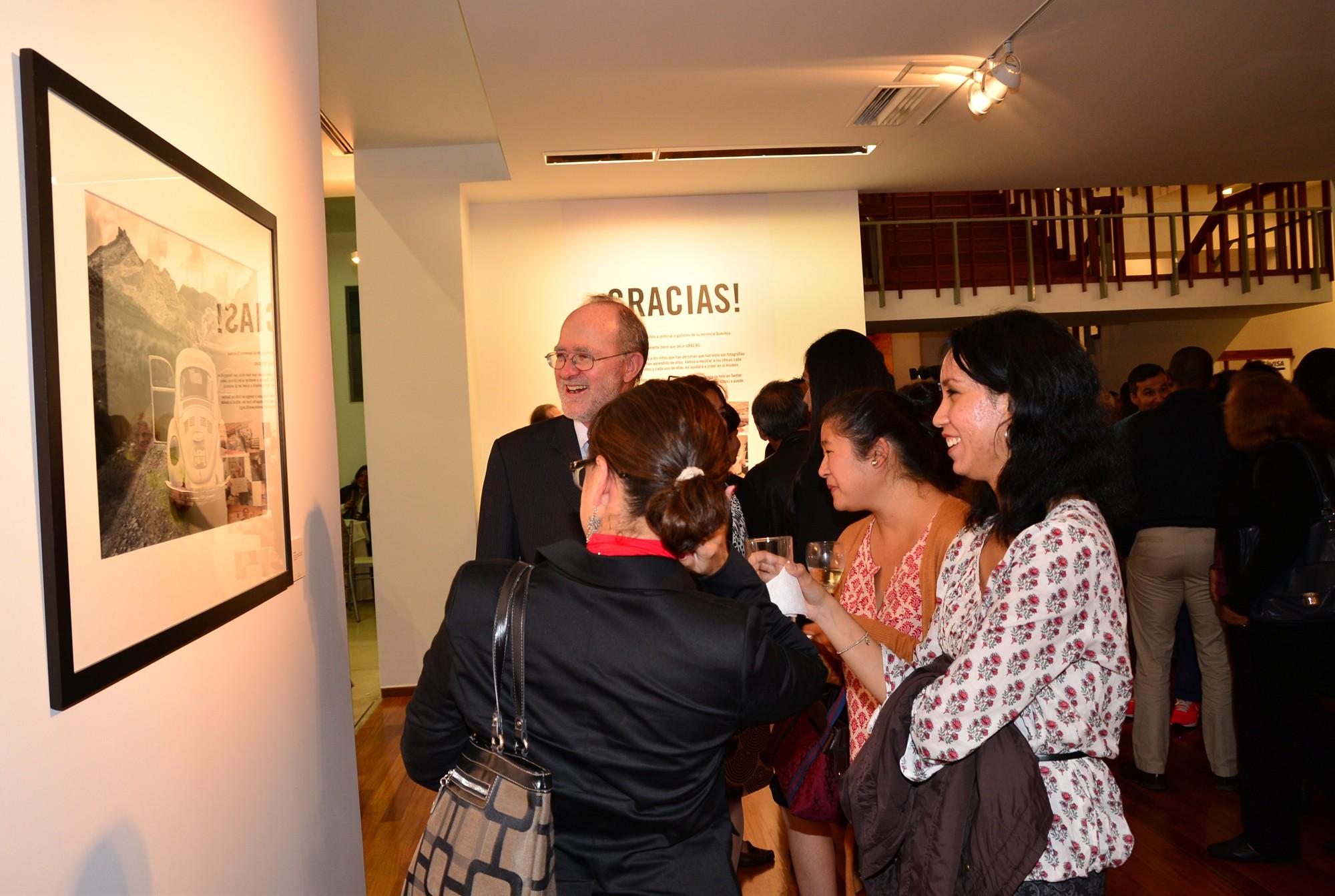 Los invitados disfrutaron de las fotografías tomadas por los niños en nuestros proyectos, así como de nuestro propio Fred Branson.
