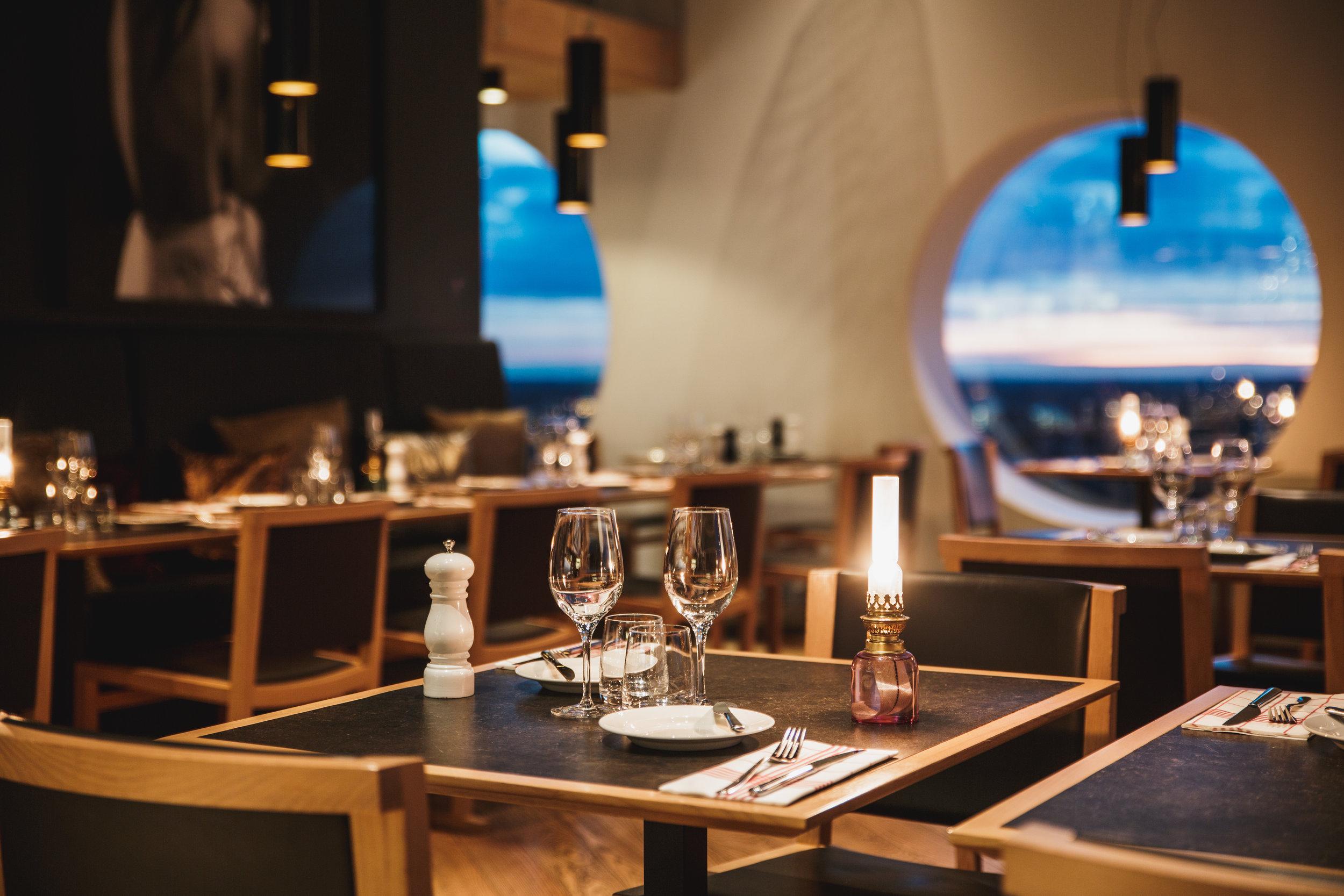 Quality-Hotel-Friends-BrasserieX-table.jpg