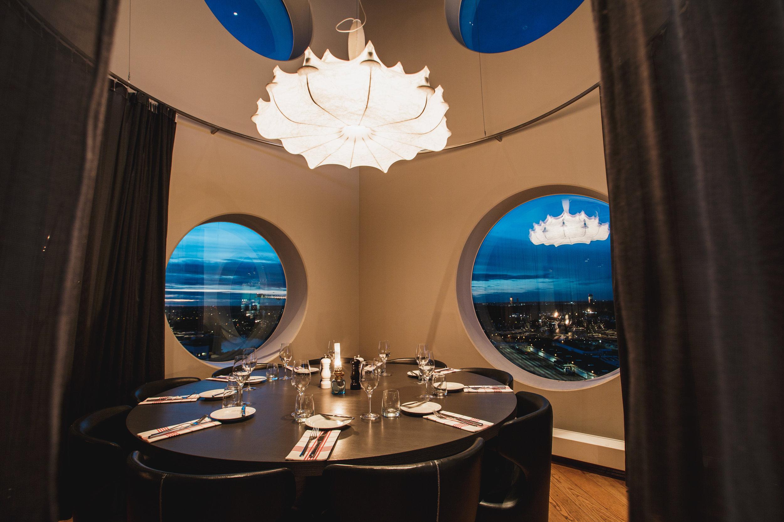 Quality-Hotel-Friends-BrasserieX-round-table.jpg