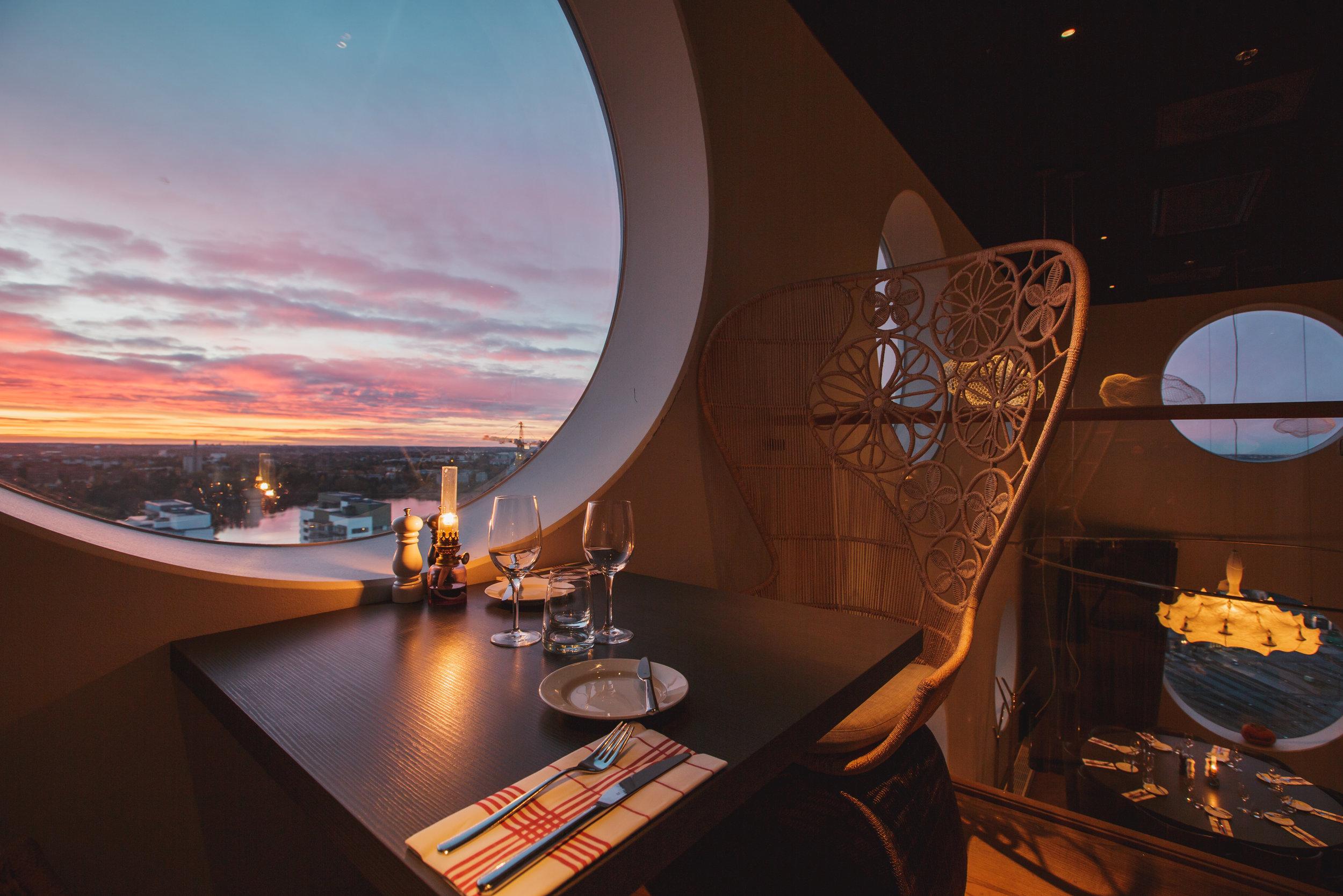 Quality-Hotel-Friends-BrasserieX-balcony.jpg