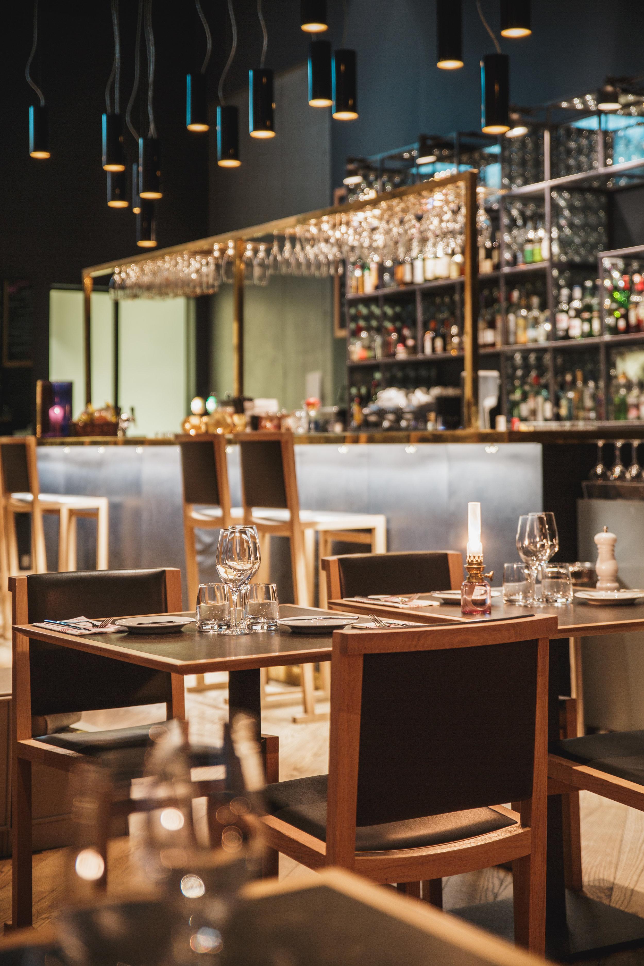 Quality-Hotel-Friends-BrasserieX-table-bar.jpg
