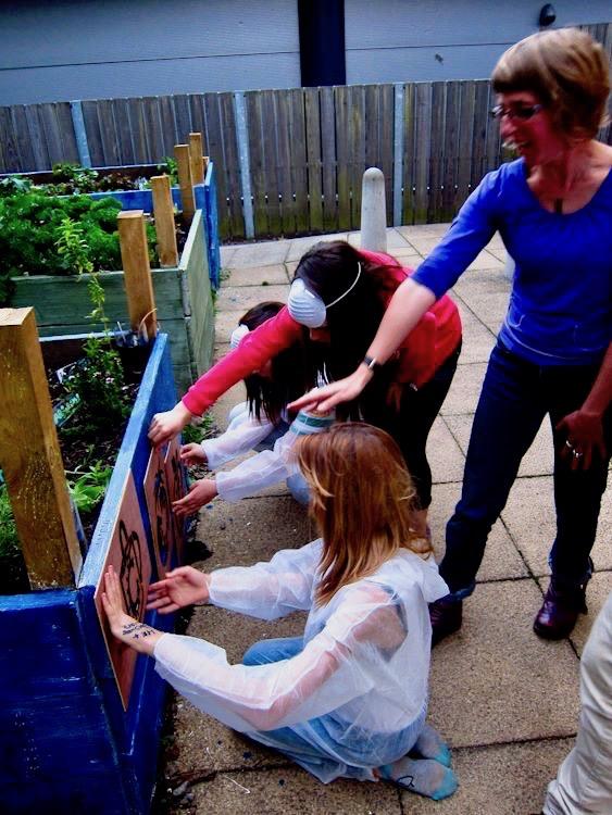 6-gardining-community-bathgate-raised-bed-stencil-spray-paint.jpg