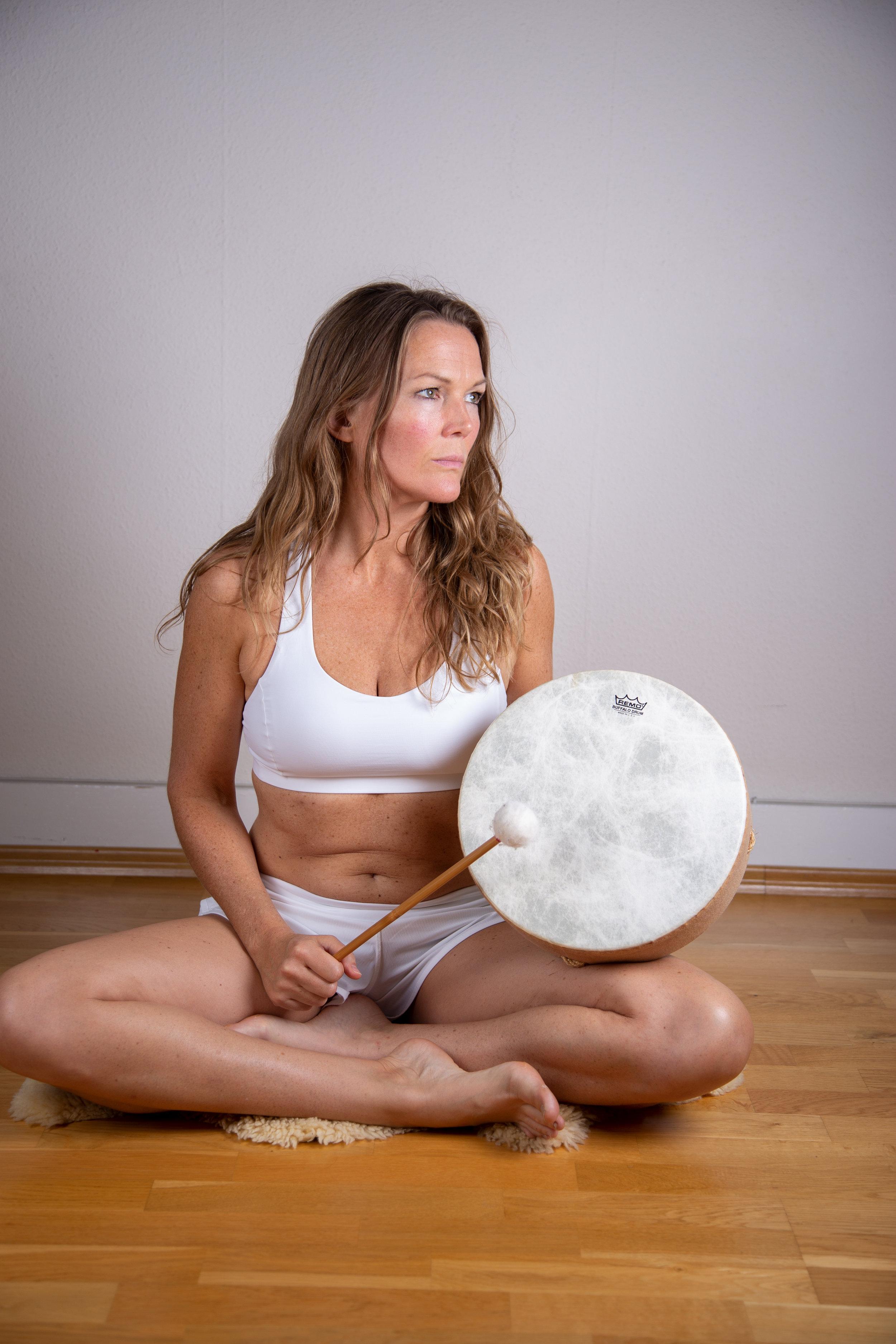 Isabella Rose Runen Yoga schamanische Trommel Meditation.jpg