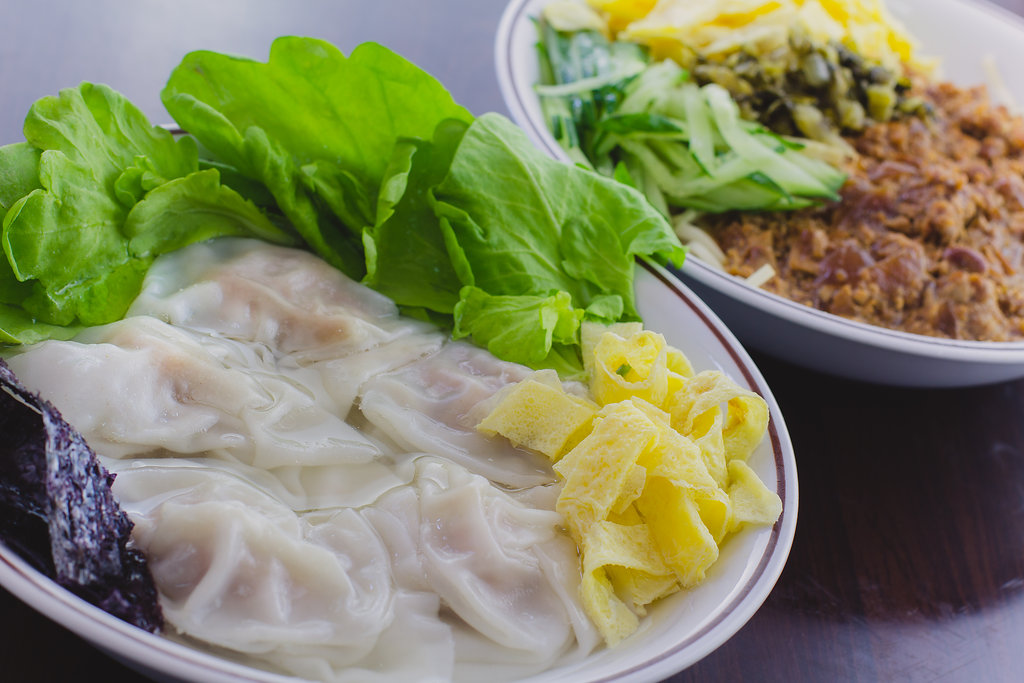 A 세트: 완탕 수프 + 중국식 짜장면 (춘장이 아닌 노란(메주)콩으로 만든 소스임)
