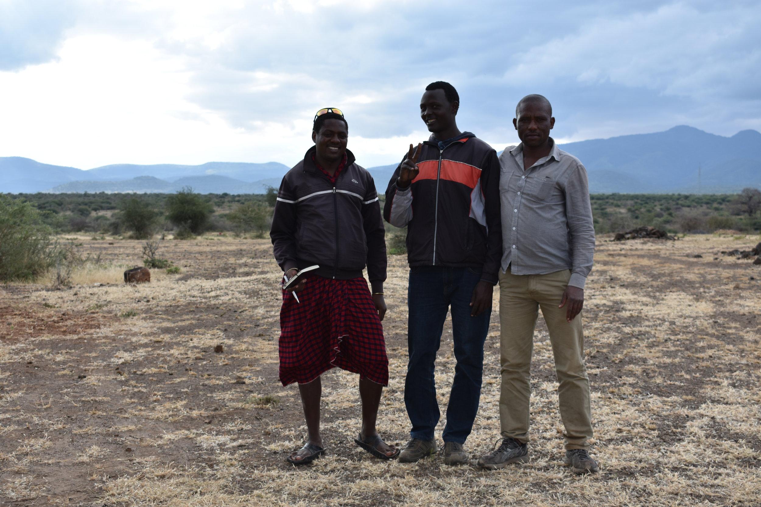 Lalahe und Lazaro (von Links) sowie der Verkäufer Fredy (rechts) kurz nach der Vertragsunterzeichnung auf unserem Stück Land.