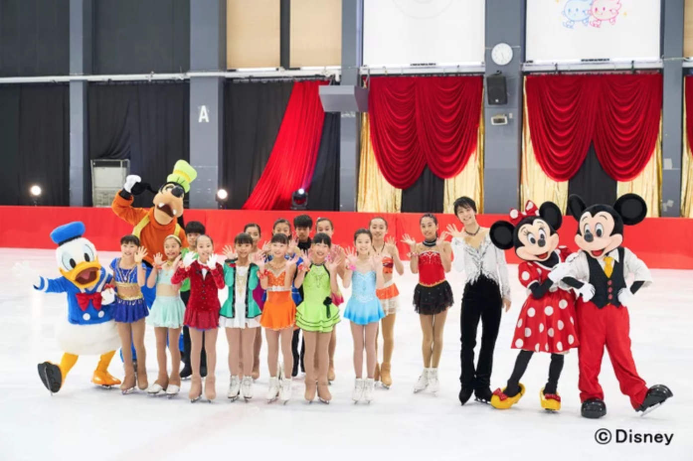 Yuzuru Hanyu, Disney on Ice cast and young skaters from Sendai Ice Rink ( Photo credit )