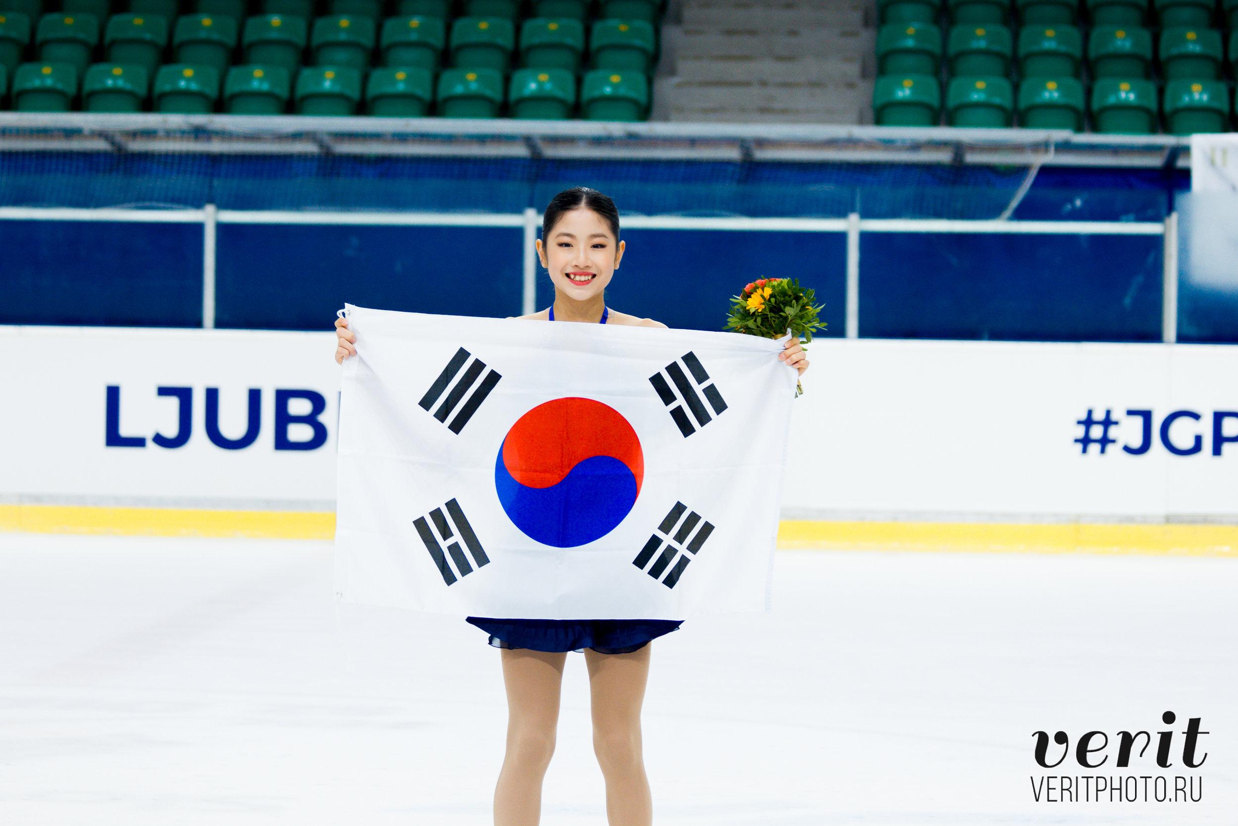 Bronze medallist Haein Lee at the victory ceremony (   Photo credit: Verit   )