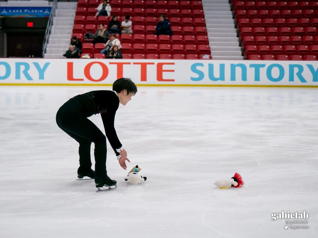 Shingo picking up plushies after the Free Dance.
