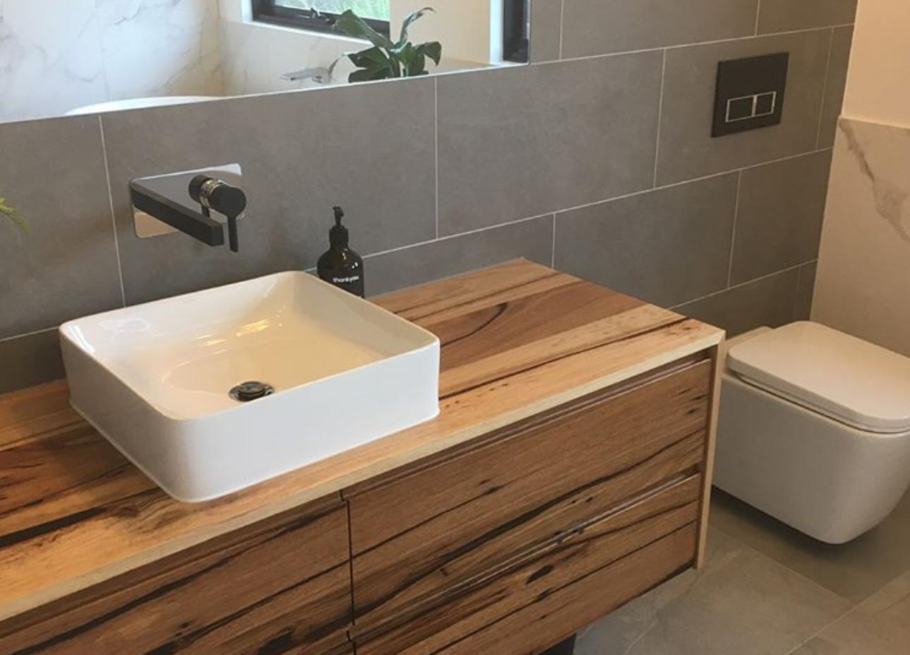 Uw kitvoegen strak en goed gekit, zodat u zorgeloos kunt genieten van uw badkamer. -