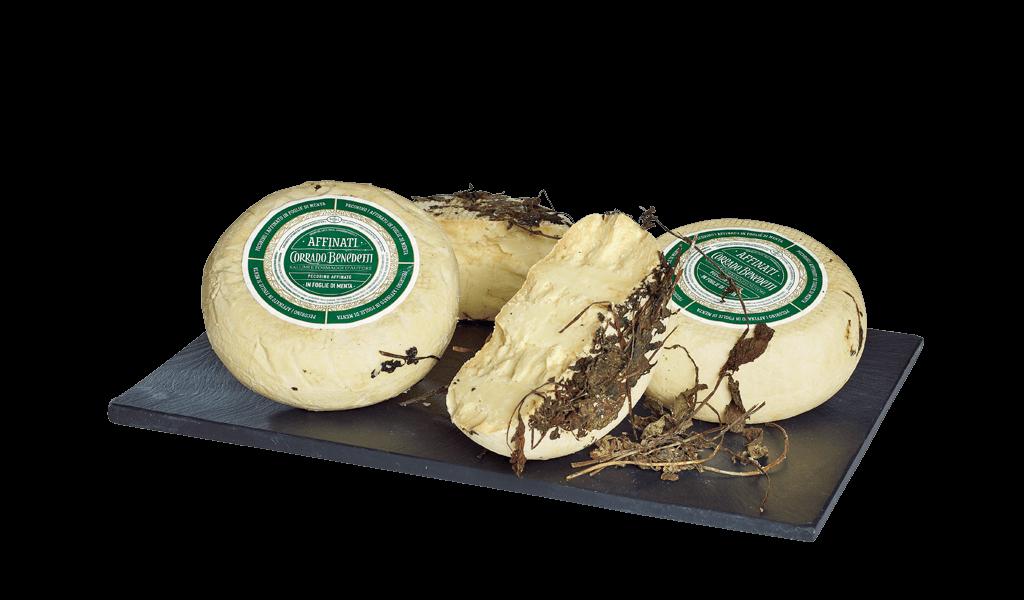 Pecorino affinato in foglie di menta - Ovčí sýr vyzrálý v listech máty