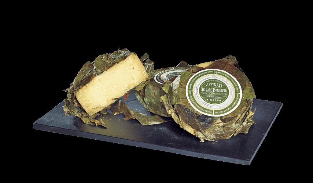 Cimbro addinato in foglie di noce - Kravský sýr vyzrálý v listech vlašských ořechů
