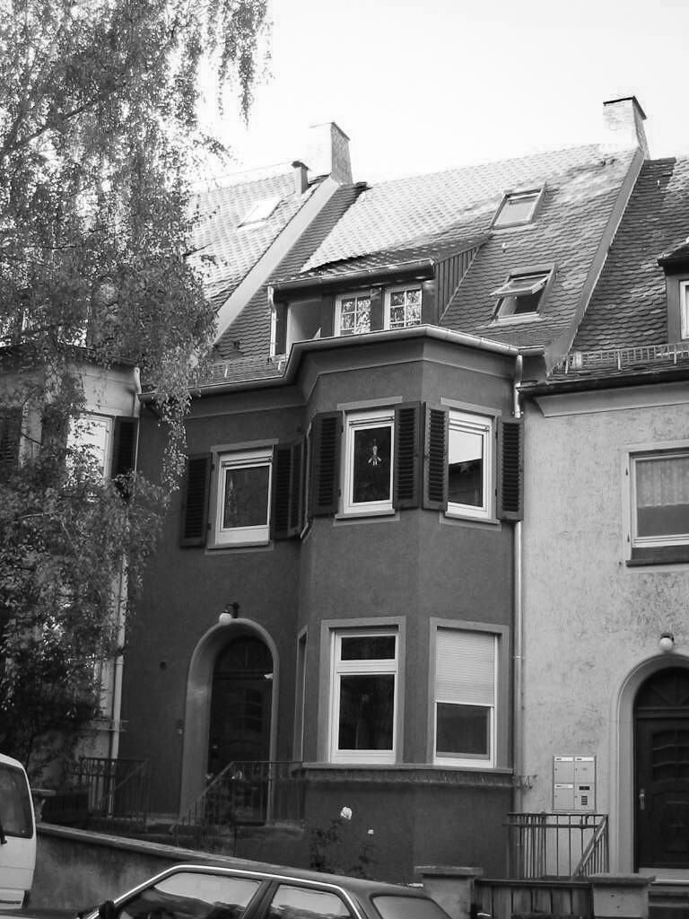 In Zusammenarbeit mit der Denkmalbehördewurde das Gebäude innen und aussen renoviert und saniert... -