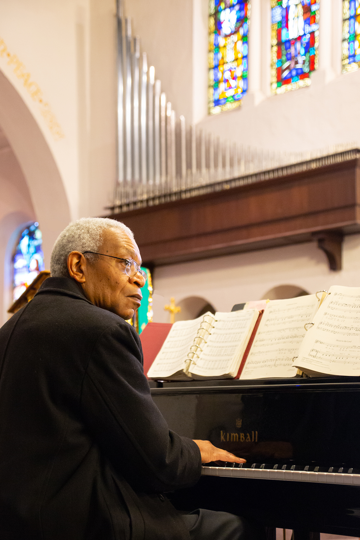 Pianist plays during the english language service