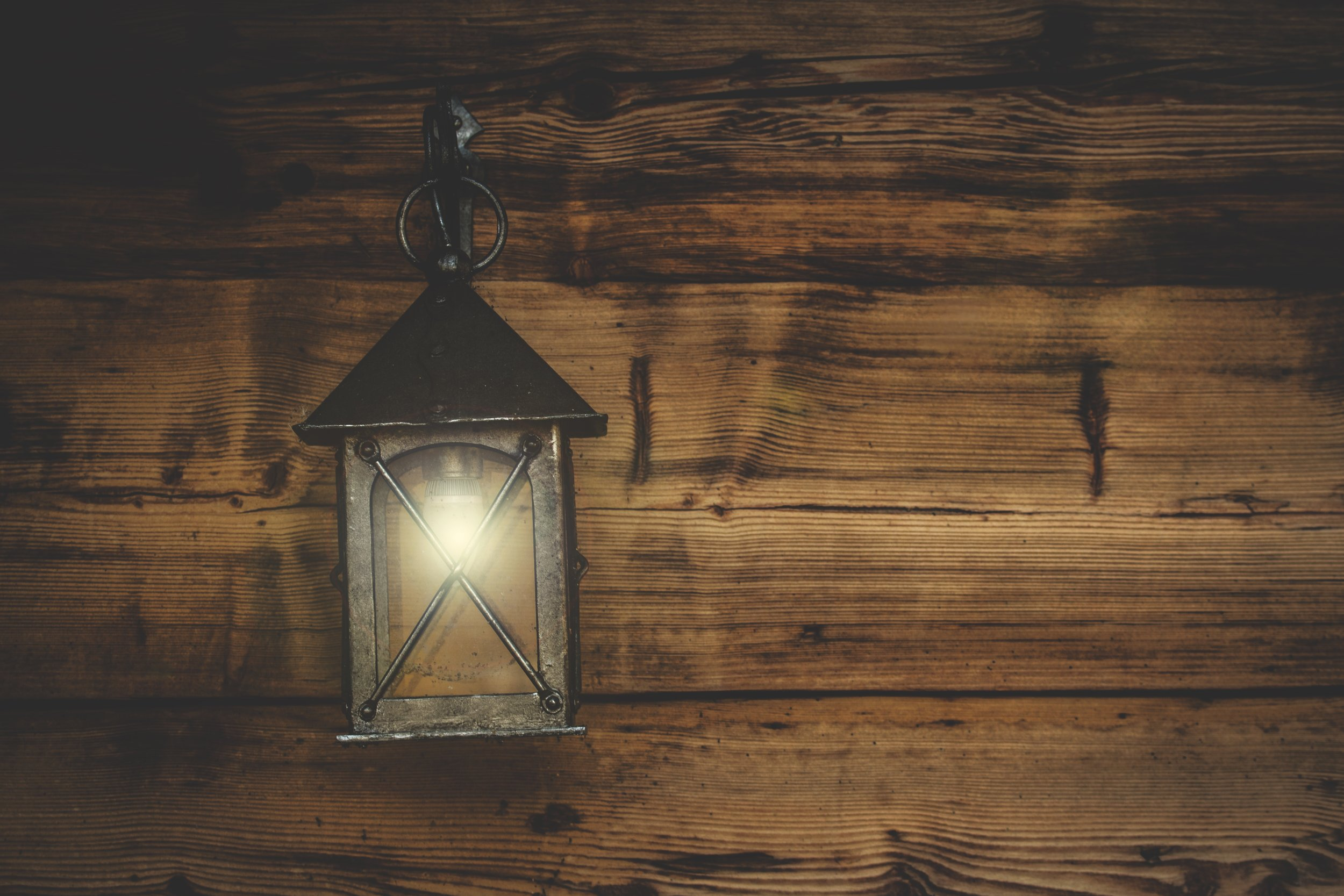 lantern-light-rustic-241821.jpg