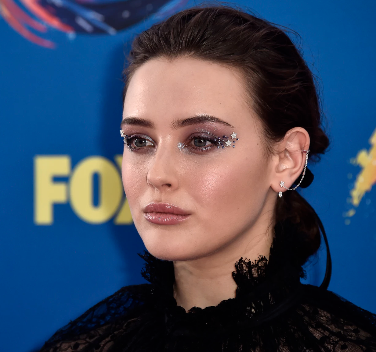 BUSTLE    Katherine Langford's 2018 Teen Choice Awards Makeup Includes Star Eyeliner & It Will Have You Mesmerized