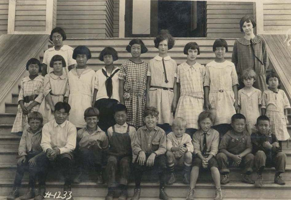 1989.05.04, photo of schoolchildren on steps of school, 1924
