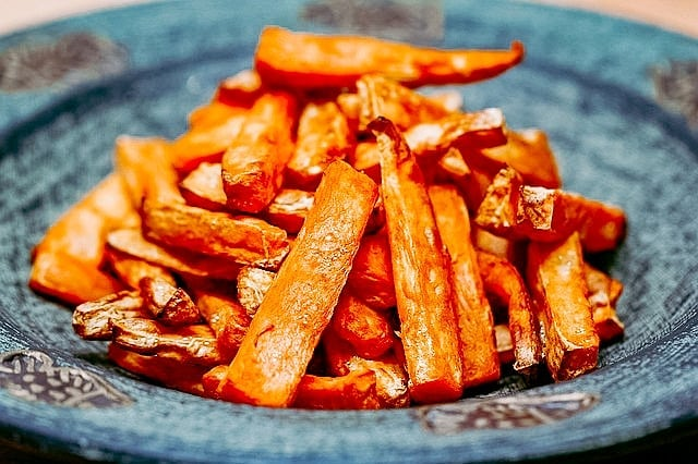 Want to indulge with some fries? Put that potato down!⠀ ⠀ Sweet potato is the way to go! It may be higher in caloric intake, but sweet potato is so nutrient dense that it outweighs French fries by a tonne! Remember, always cook in coconut oil and don't season too heavily. Enjoy! 🍟