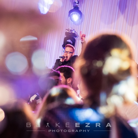 Catching that moment 📸 by @blakeezraphoto #londonbride #weddingbands #weddingentertainment #smashingtheglass #jewishwedding #livemusic #corporateentertainment #eventprofsuk #eventprofs
