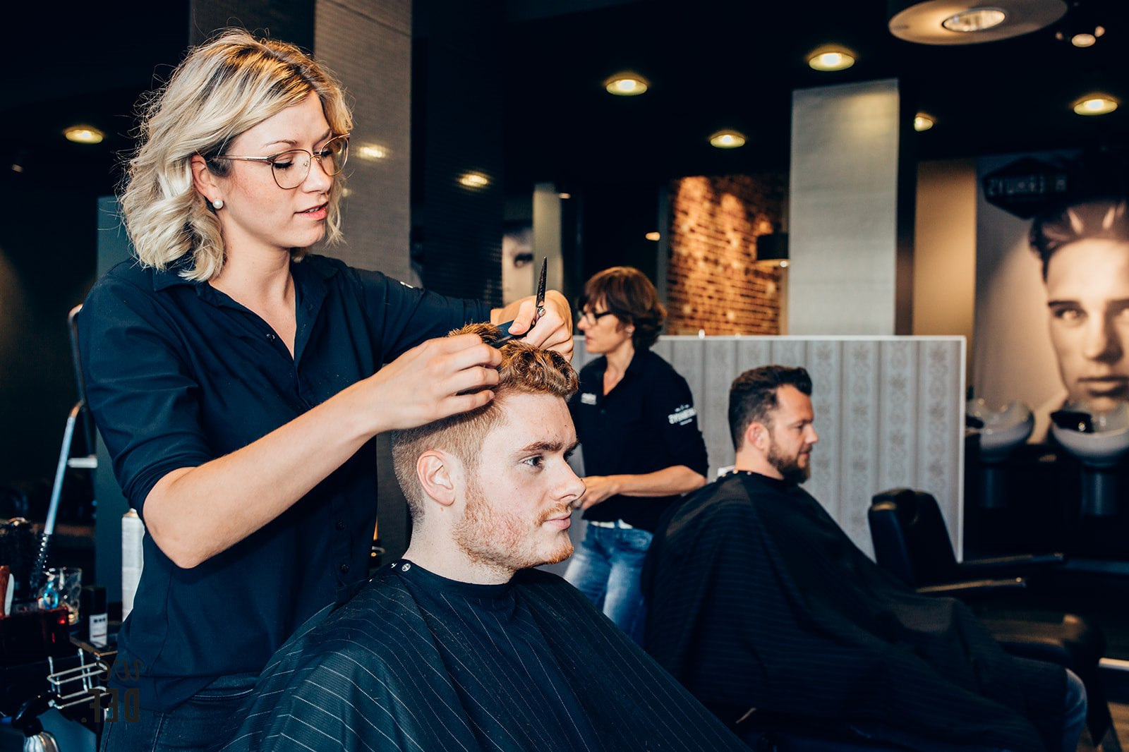 Werken bij HAERHUYS - Wij zoeken een nieuwe collega ter versterking van ons team in Heerlen.Voor onze mooie kapsalon in het centrum van Heerlen zoeken wij een Topstylist/Salonmanager. Je komt te werken in een team dat vol passie en professionaliteit werkt aan een maximale tevredenheid van onze klanten. De salon bestaat uit zowel een dames- als een herenafdeling en beschikt ook over een eigen barbershop.De vacature kan zowel fulltime als parttime worden ingevuld. Geïnteresseerde kandidaten met ervaring nodigen we uit te solliciteren middels het sturen van een CV naar info@haerhuys.nl ter attentie van Marion Bosch