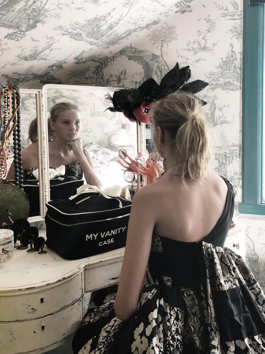 mood-black-beauty-box-vanity-table-4-bag-all-marg.jpg