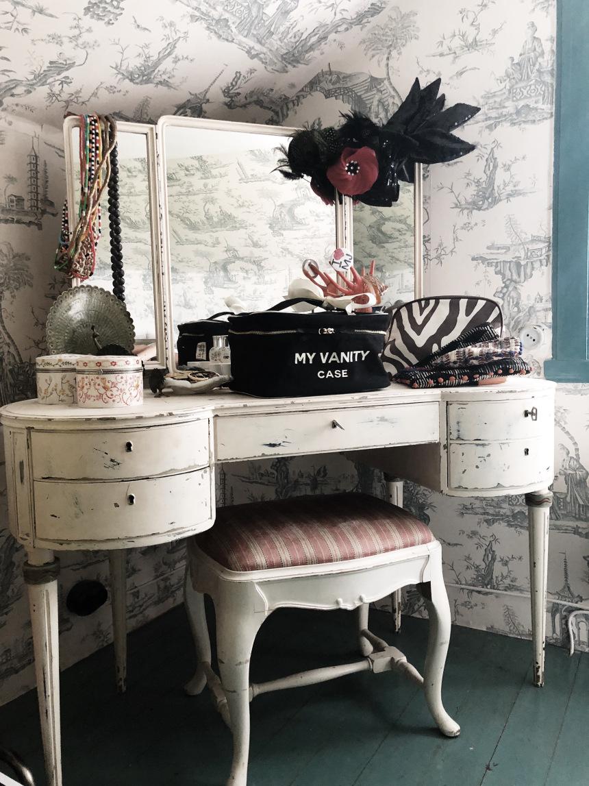 mood-black-beauty-box-vanity-table-bag-all.jpg