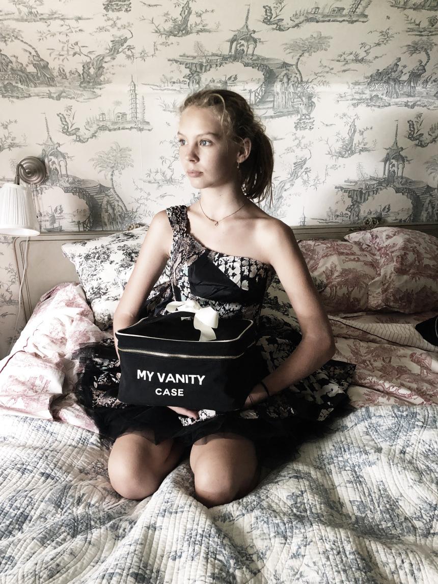 mood-black-beauty-box-bed-5-bag-all-marg.jpg