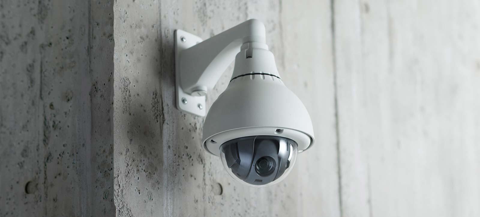 Segurança - Circuito fechado ou circuito interno de televisão [também conhecido pela sigla CFTV do ingles: CLOSED-CIRCUIT TELEVISION, CCTV]. É um sistema de televisão que distribui sinais provenientes de cameras localizadas em locais estratégicos, para um ou mais pontos de visualização.