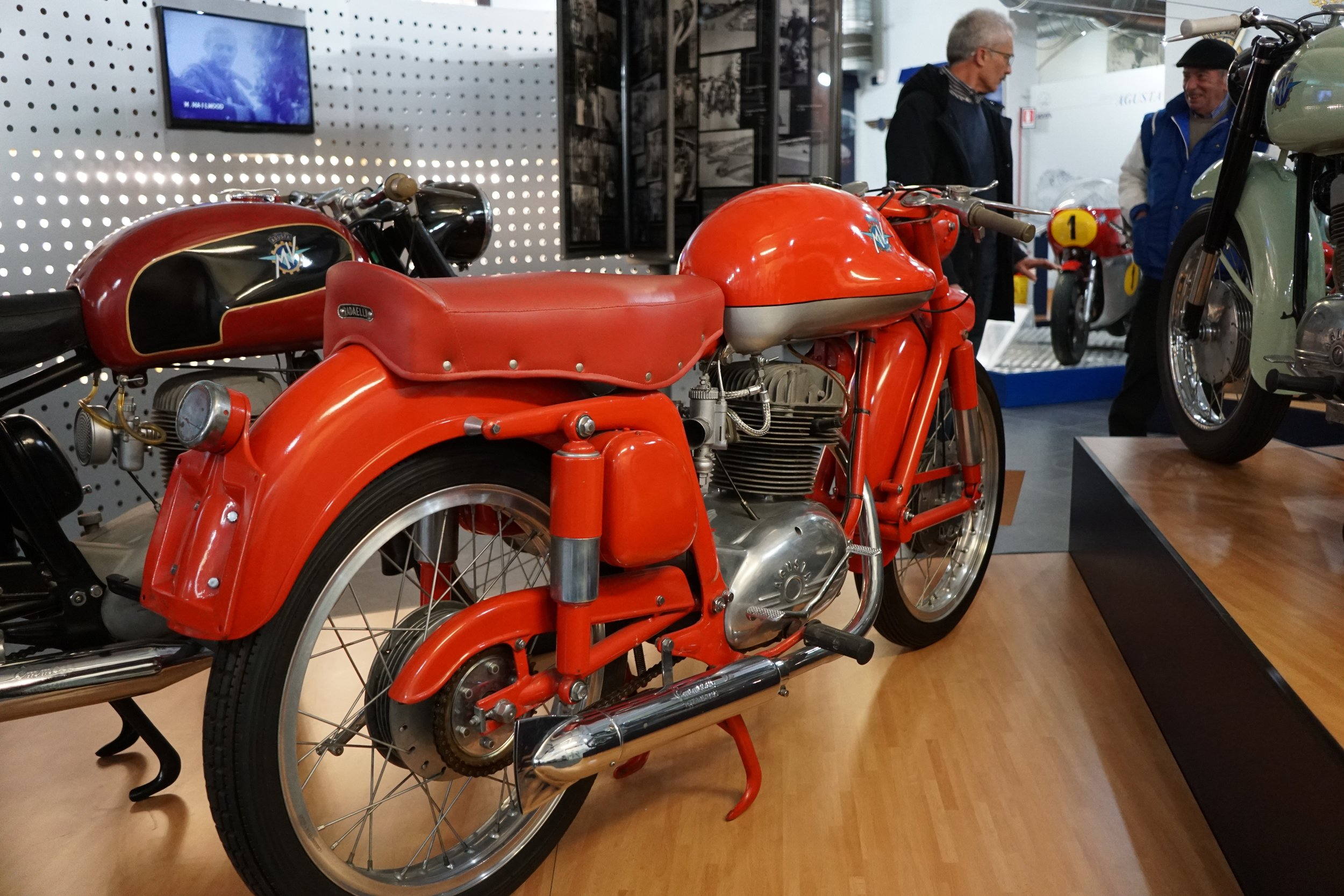 '54 175 CSS – 175cc, SOHC, four speeds. About 500 were made like this, with the characteristic 'flying saucer' fuel tank and Earles fork.