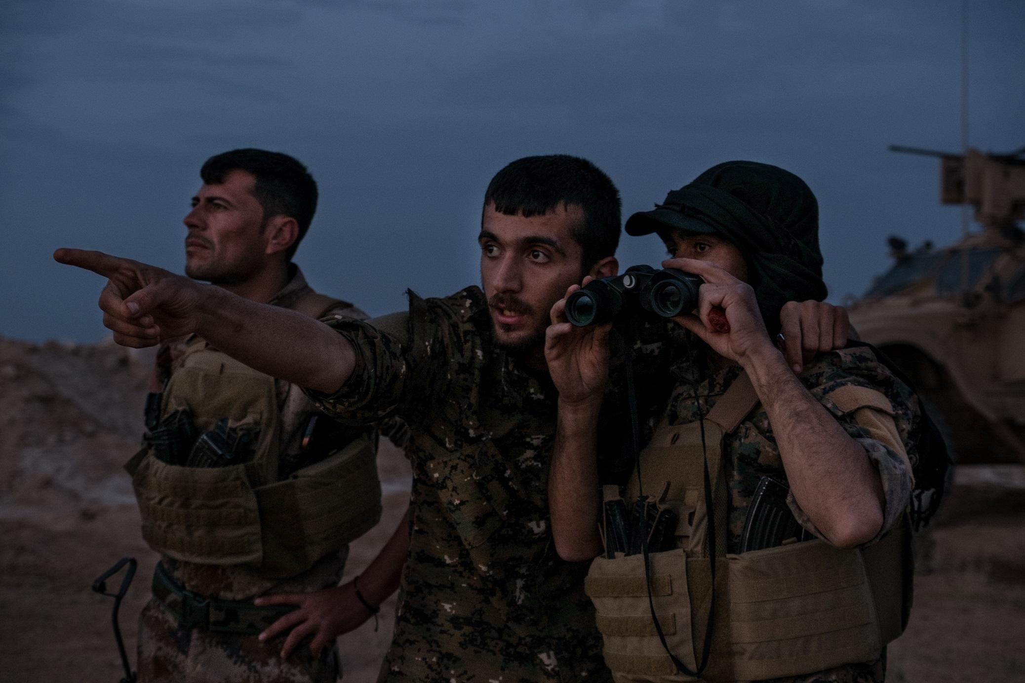 B.8. Baghuz Frontline - Commandant du poste FDS - Voitures suicide.jpg