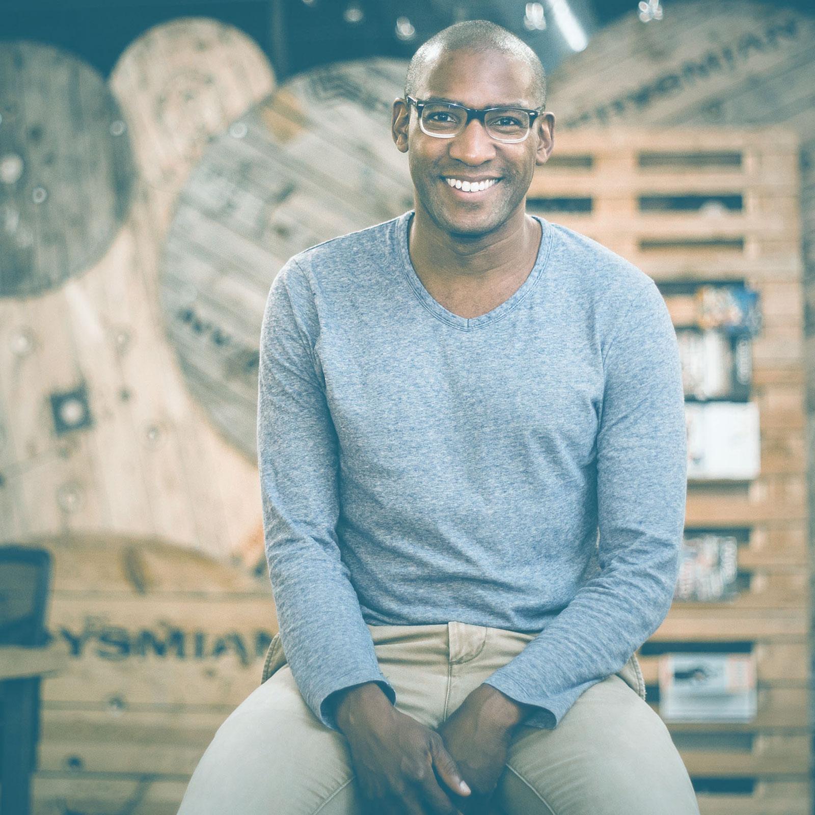 // RONALD JEAN-GILLES   _  DÉVELOPPEMENT DE PARTENARIATS SOCIAUX  Entrepreneur social, il compte 20 ans d'expérience en développement durable.