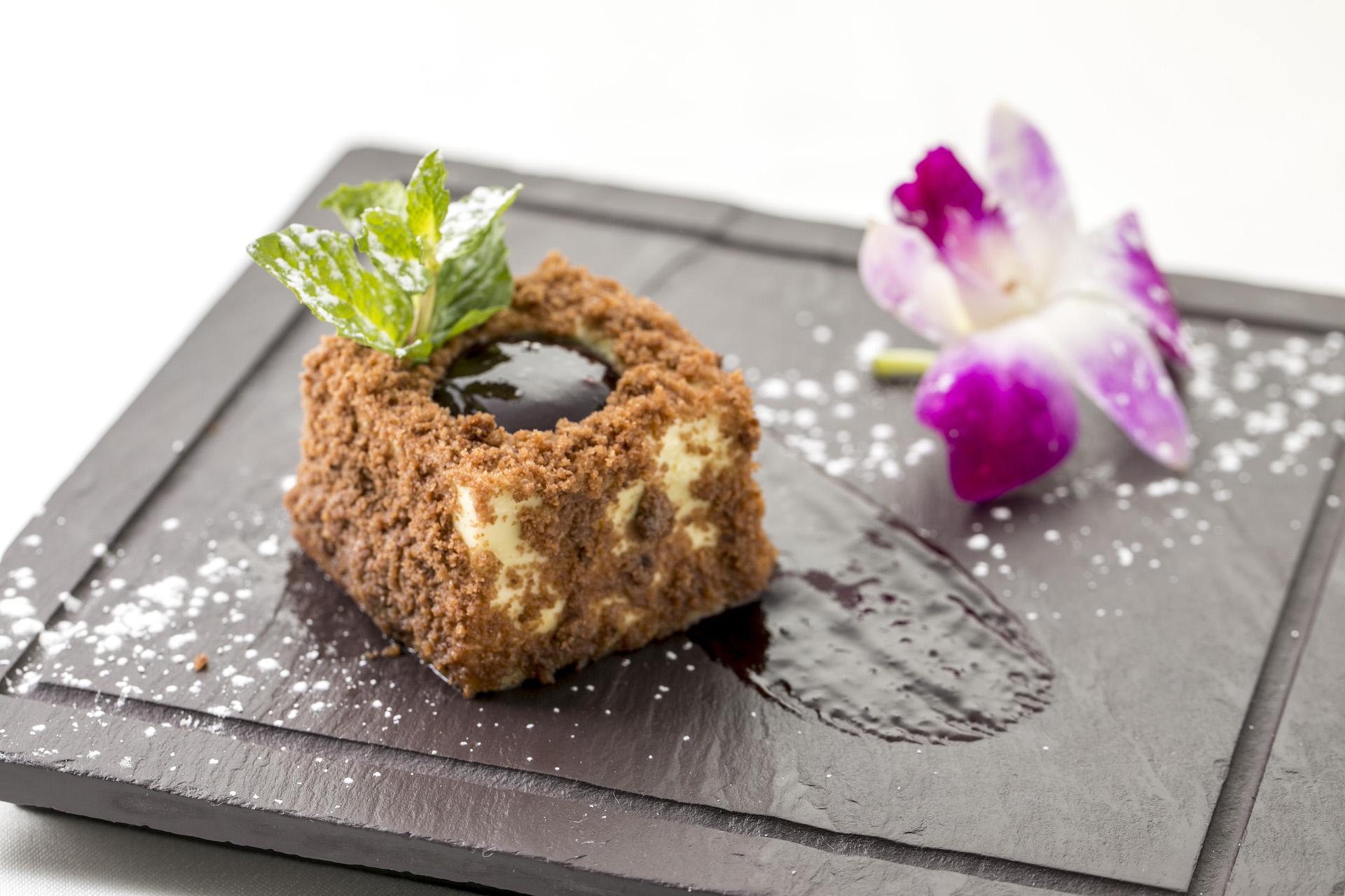 Pistachion Bronte ピスタチオブロンテ($12)   シチリア島のエトナ山に近いブロンテの町は、ピスタチオの名産地として知られています。そのブロンテに想いを馳せて三村シェフが創り上げたデザートは、ピスタチオとチョコレートムースの上にストロベリーソースをのせ、スポンジケーキのクランブルをまぶした逸品です。