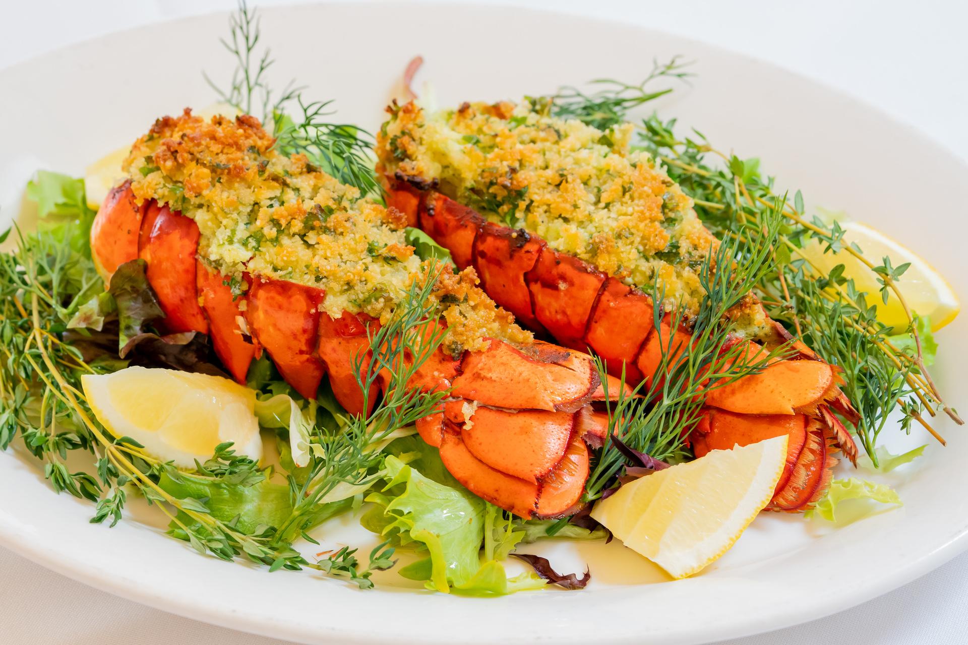 Herb Crusted Lobster ハーブクラステッドロブスター($48)   身のしまった新鮮なメインロブスターテイル2尾にリコッタチーズペストをのせてオープンで焼き上げた風味豊かなイタリアンシーフードディッシュです。ロブスターテイルの追加も可能(1尾につき$24)。
