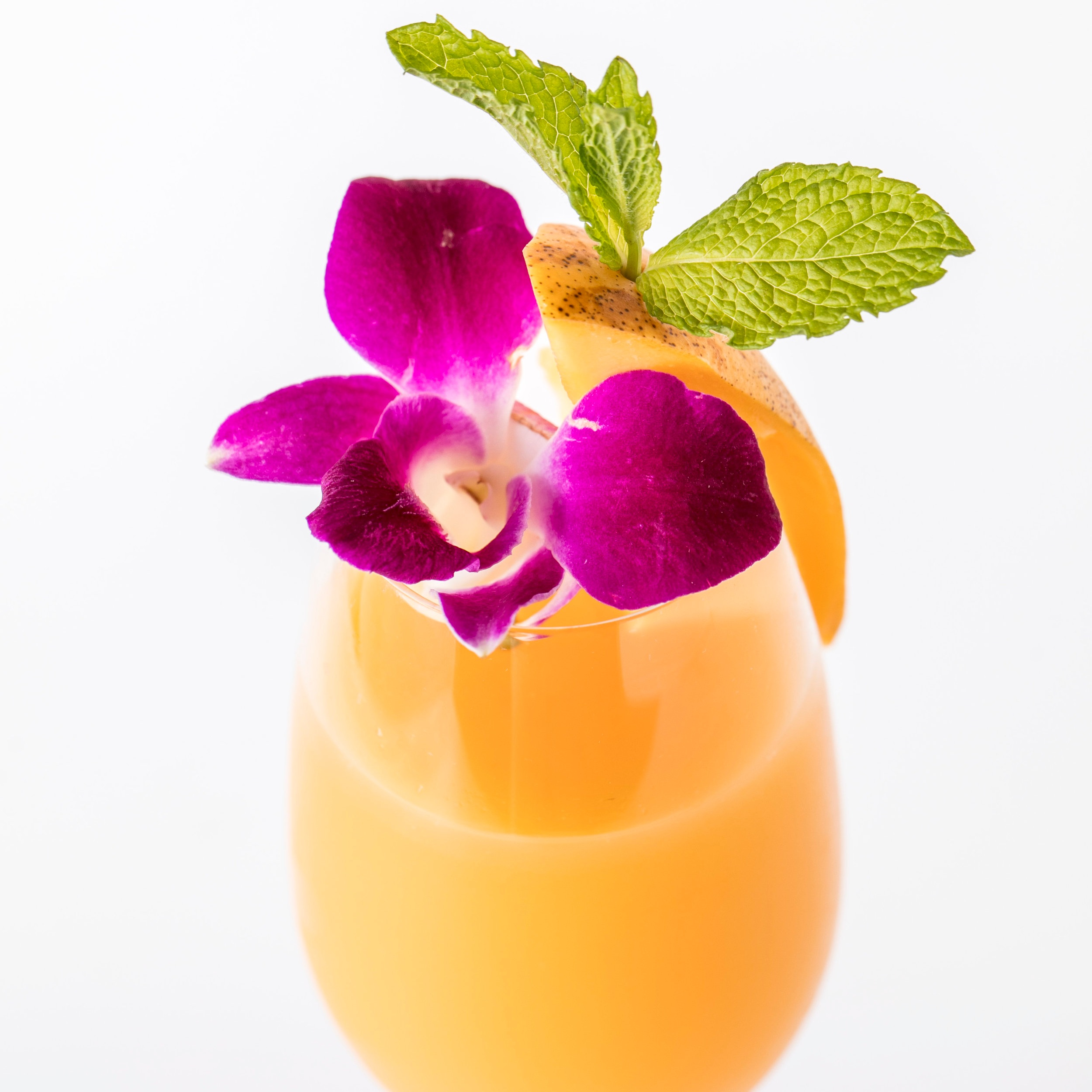 Mango Cocktails マンゴー・カクテル    マンゴーベリーニ($14) マンゴーピューレとスパークリングワインのスウィートなバブル   マンゴーモヒート($14) マンゴーとホワイトラムがマッチする人気カクテル   マンゴーノーヒート($12) ノンアルコールのカマンゴークテル  イタリア、ロンバルディア州にあるサロンノは、ディサロンノ・アマレット発祥の地。そのディサロンノ・アマレットとマンゴーピューレ、フレッシュライム、シュガーのミックスにフレッシュマンゴーを飾ったカクテル。