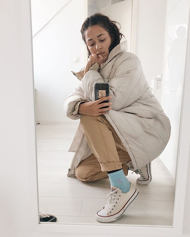 Who else is loving second hand 😍 • I'm really proud of how far my wardrobe has come. • The majority of my clothing is now sustainable, ethical and/or second hand. This @hm coat cost me €15 at the last flöhemarkt here in Munich, and the trousers from @joop just €10! Plus these @converse low tops were given to me when they didn't fit my gorgeous cousin. • The socks are from @urbanoutfitters cos I had to have a pop of colour in there. • I reckon I should start sharing more of my thrift finds with you guys, what do you reckon? ✨ . . . . . #thriftstyle#secondhandclothes#secondhandfirst#reducereuserecycle#reduceyourwaste#buysecondhand#secondhandshoes#allbeigeeverything#flohmarkt#münchenliebe#bloggermunich#secondhandblogger#bloggerlondon#thriftingfinds#thriftblogger#charityshopfinds#fleamarketstyle#fleamarketstyle#consciousstyle#consciousclothing#consciousfashionblogger#consciousblogger#sustainablefashionblogger#munichstyle#nachhaltigleben#flohmarktliebe#instaflohmarkt