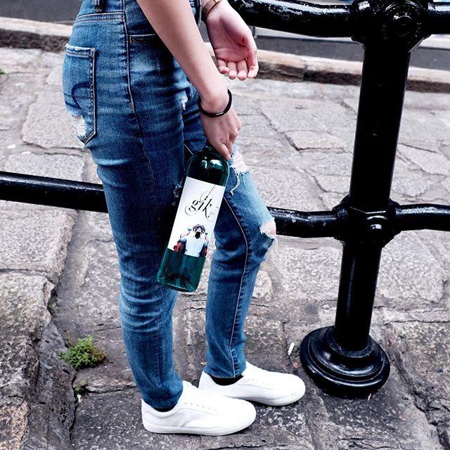 一群年輕的西班牙人發明了世界上第一款藍色葡萄酒 👉🏻Click link in bio . . . . . #gikhk#giklive#gikwine#bluewine#wineoftheday#specialtywine#discoverhongkong#streetclassics#awesomehongkong#hkwinelovers#instadrink#winestagram#gameoftones#ig_tones#homekong#hongkonginsta#hklocals#hkig#hongkongstyle#colourgram#winetastinghk#hongkongphotography#winephotography#chill#vino#drinkwithme#nature#habourcity#partydrinks