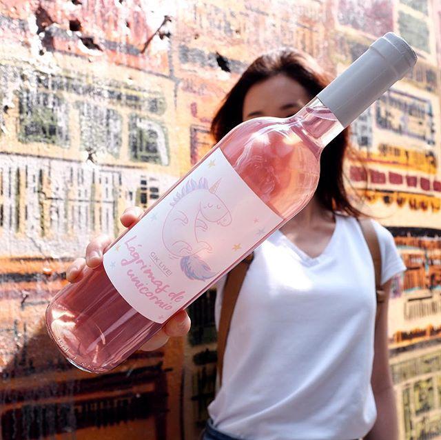 既有白酒的清新怡人,又有紅酒的基礎結構,散發出絲絲紅色鮮果風味 👉🏻Click link in bio . . . . #gikhk#giklive#gikwine#pinkwine#wineoftheday#specialtywine#discoverhongkong#awesomehongkong#hkwinelovers#instadrink#winestagram#gameoftones#ig_tones#homekong#hongkonginsta#hklocals#hkig#hongkongstyle#colourgram#winetastinghk#hongkongphotography#winephotography#chill#central#hkfoodblog#UnicornTears#partydrinks#bff#girlsgathering#hkgirl