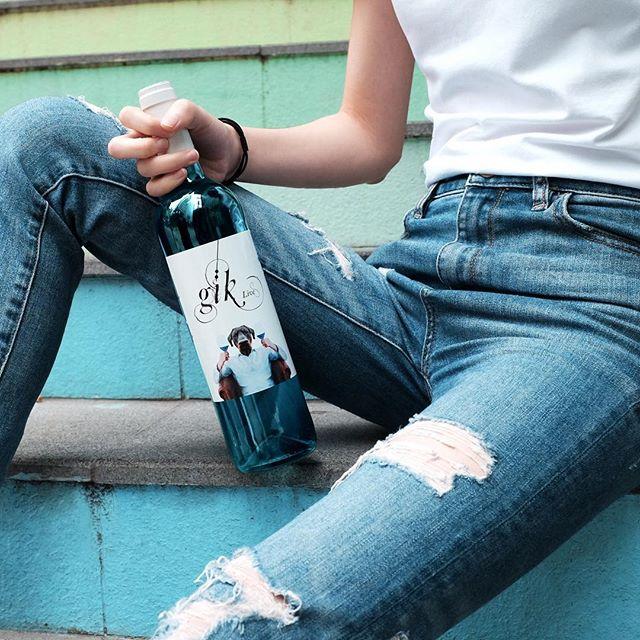 一款創新而大膽的產品以適應不斷變化的世界 葡萄酒行業需要一場小小的藍色革命 👉🏻Click link in bio . . . . #gikhk#giklive#gikwine#pinkwine#wineoftheday#specialtywine#discoverhongkong#awesomehongkong#hkwinelovers#instadrink#winestagram#gameoftones#ig_tones#homekong#hongkonginsta#hklocals#hkig#hongkongstyle#colourgram#winetastinghk#hongkongphotography#winephotography#chill#vino#nature#drinkwithme#UnicornTears#partydrinks#hkfoodblog#Sohohk
