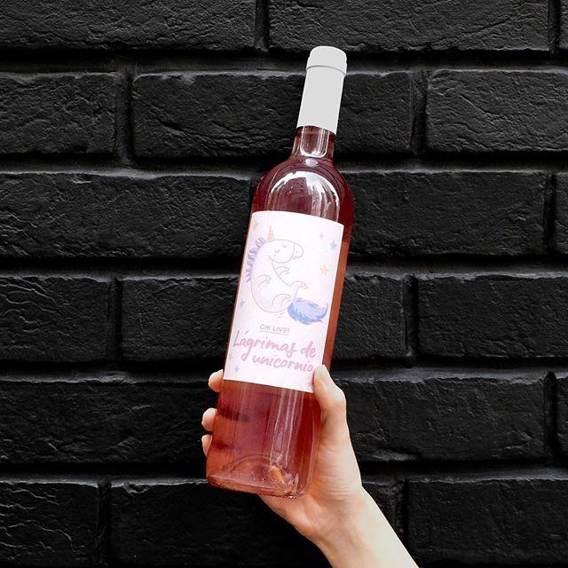 「粉紅酒」基本上仍是「紅酒」,只是紅葡萄皮的萃取程度較低,不過它兼具紅酒的莓果香氣與白酒的爽口酸度,粉紅酒的配餐彈性比紅酒和白酒更闊。 👉🏻Click link in bio . . . . #gikhk#giklive#gikwine#pinkwine#wineoftheday#specialtywine#discoverhongkong#awesomehongkong#hkwinelovers#instadrink#winestagram#gameoftones#ig_tones#homekong#hongkonginsta#hklocals#hkig#hongkongstyle#colourgram#winetastinghk#hongkongphotography#winephotography#chill#vino#drinkwithme#UnicornTears#partydrinks#bff#girlsgathering#sohohk