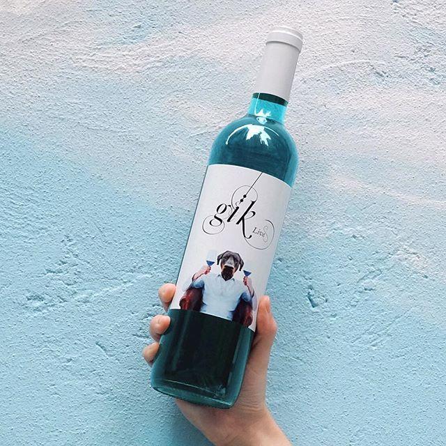 Gik Blue Wine從葡萄皮中萃取出天然的靛藍花青素 創造這全天然寶石藍酒 👉🏻Click link in bio . . . . #gikhk#giklive#gikwine#bluewine#wineoftheday#specialtywine#discoverhongkong#streetclassics#awesomehongkong#hkwinelovers#instadrink#winestagram#gameoftones#ig_tones#homekong#hongkonginsta#hklocals#hkig#hongkongstyle#colourgram#winetastinghk#hongkongphotography#winephotography#chill#vino#drinkwithme#partydrinks#hkfoodblog#Central#sohohk