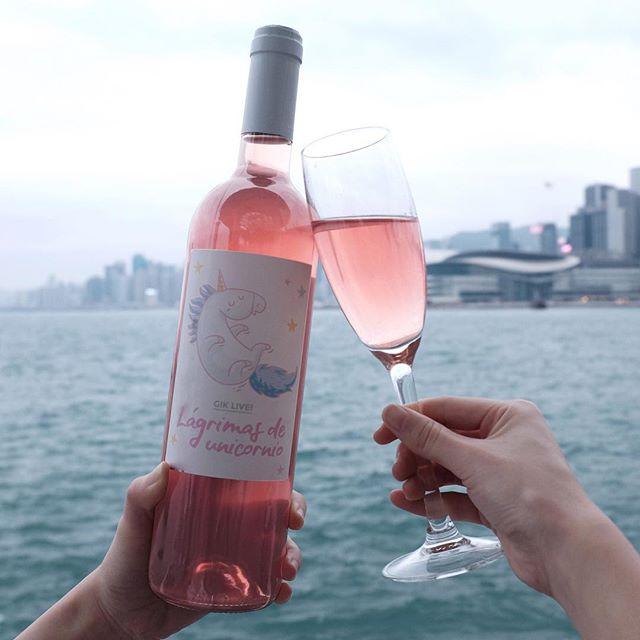 在春季和夏季粉紅酒是一個很好的野餐酒, 冰鎮過後那種清爽感會讓你的味蕾更清爽和更細膩 👉🏻 Click link in bio . . . . #gikhk#giklive#gikwine#bluewine#wineoftheday#specialtywine#discoverhongkong#streetclassics#awesomehongkong#hkwinelovers#instadrink#winestagram#gameoftones#ig_tones#homekong#hongkonginsta#hklocals#hkig#hongkongstyle#colourgram#winetastinghk#hongkongphotography#winephotography#chill#vino#drinkwithme#nature#partydrinks#hkfoodblog#Central