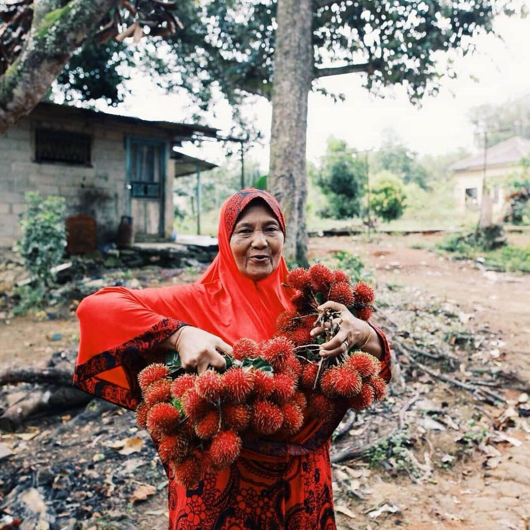 This macik was so friendly and generous with giving us her fresh rambutans!