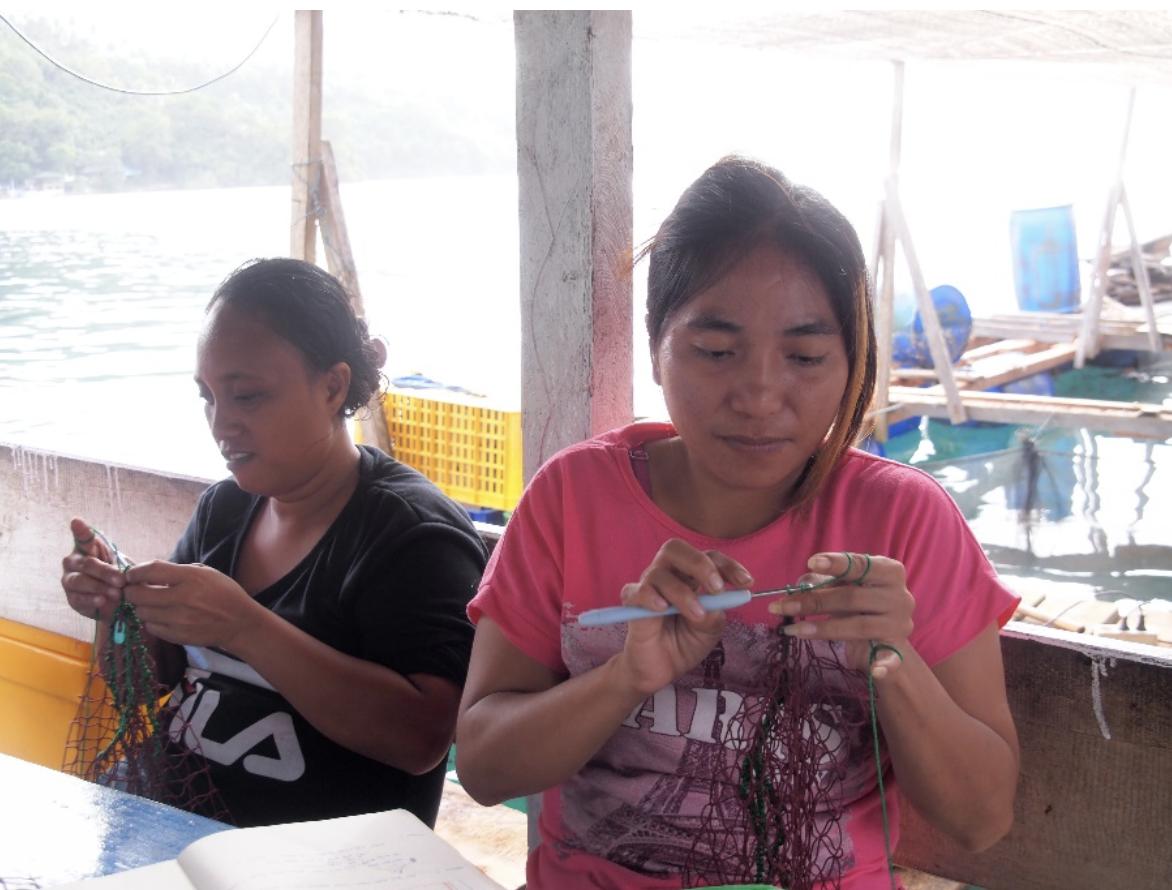 Ibu Cicit and Ibu Winda were trying to make the crocheted handle of the bag.