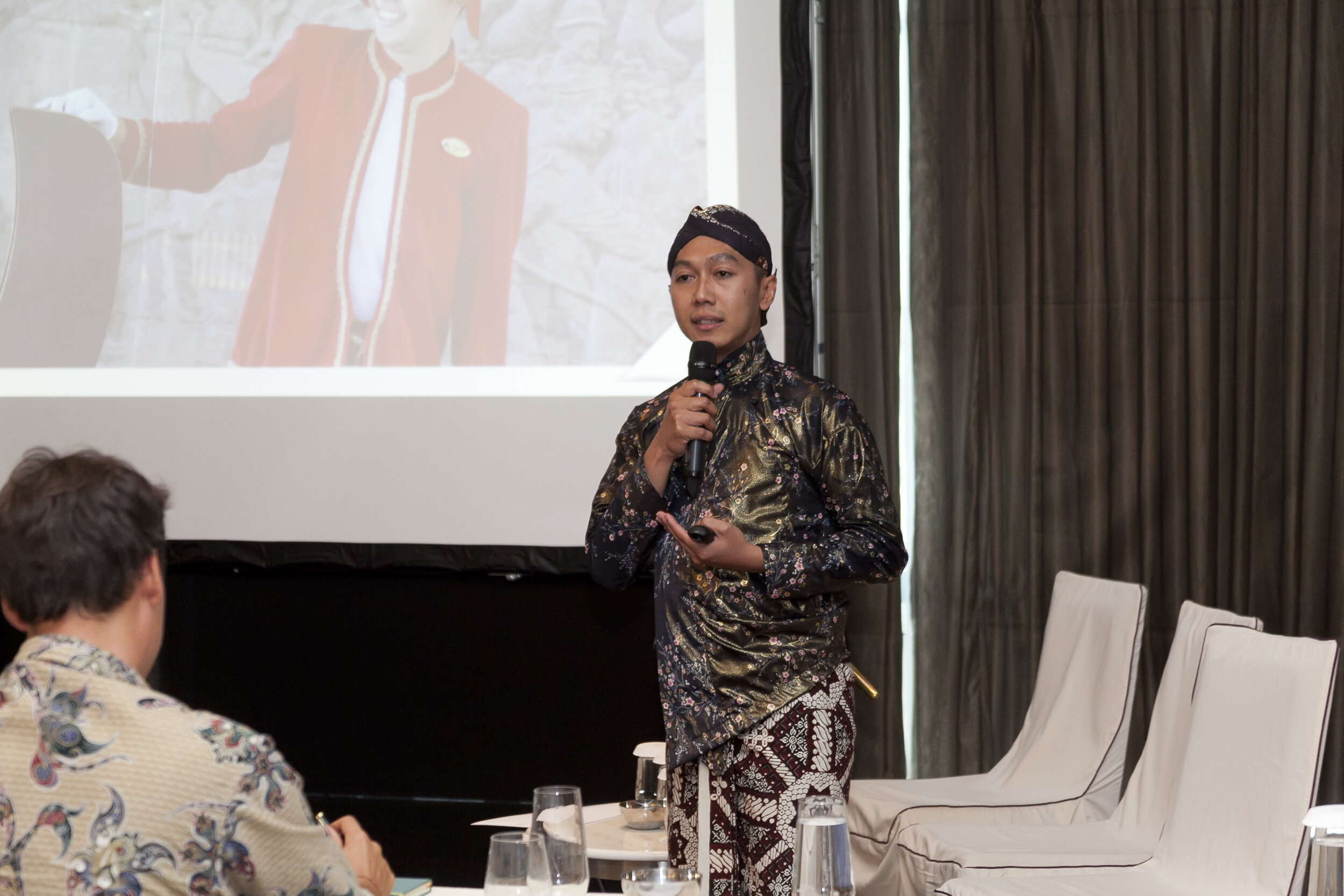 Mr. Khairul Anwar from Royal Ambarrukmo Hotel, he wore a complete set of Javanese traditional costume ( photo courtesy: MVB documentation team ).
