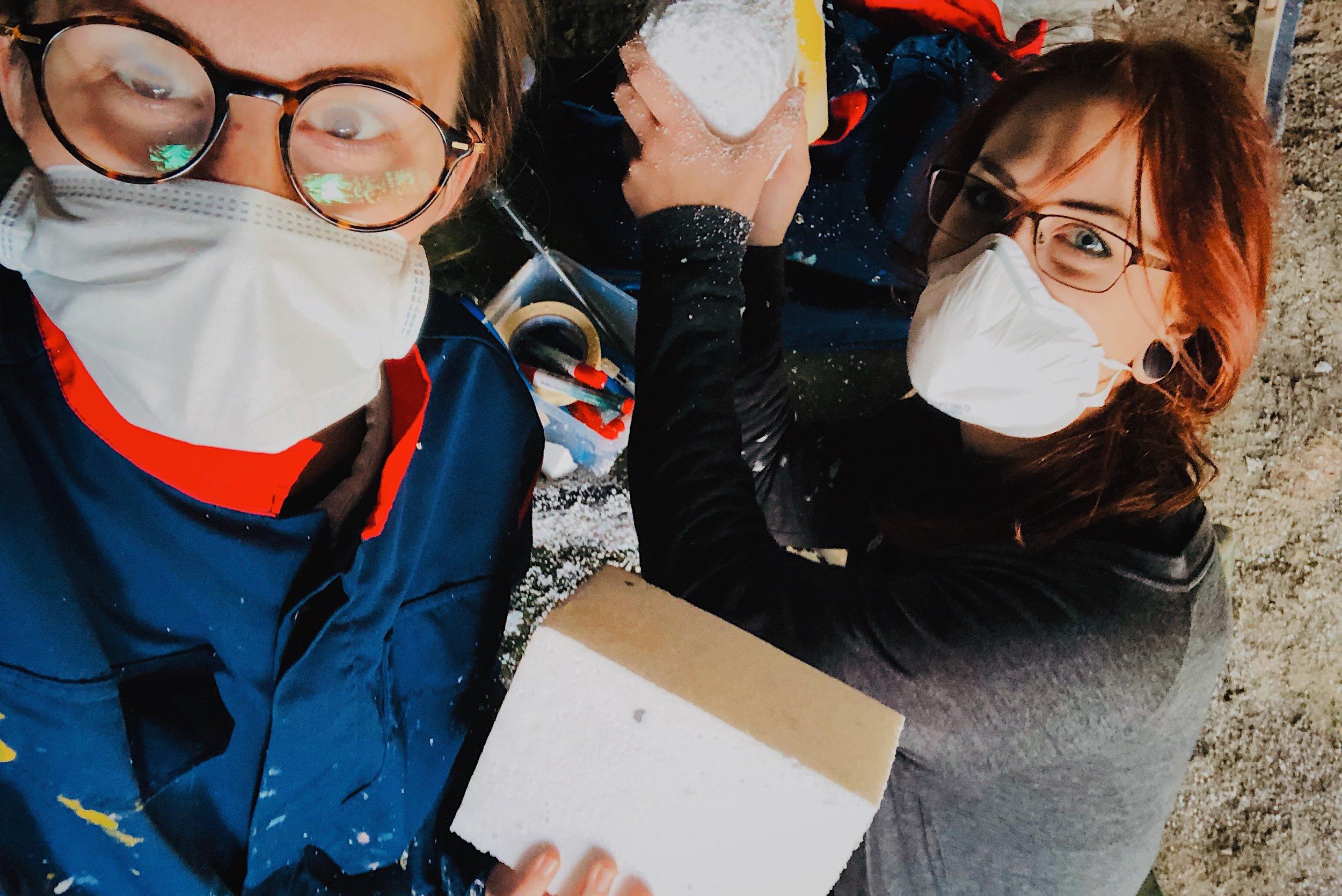 Konstskoleelever sågar, skär och slipar frigolitblock.