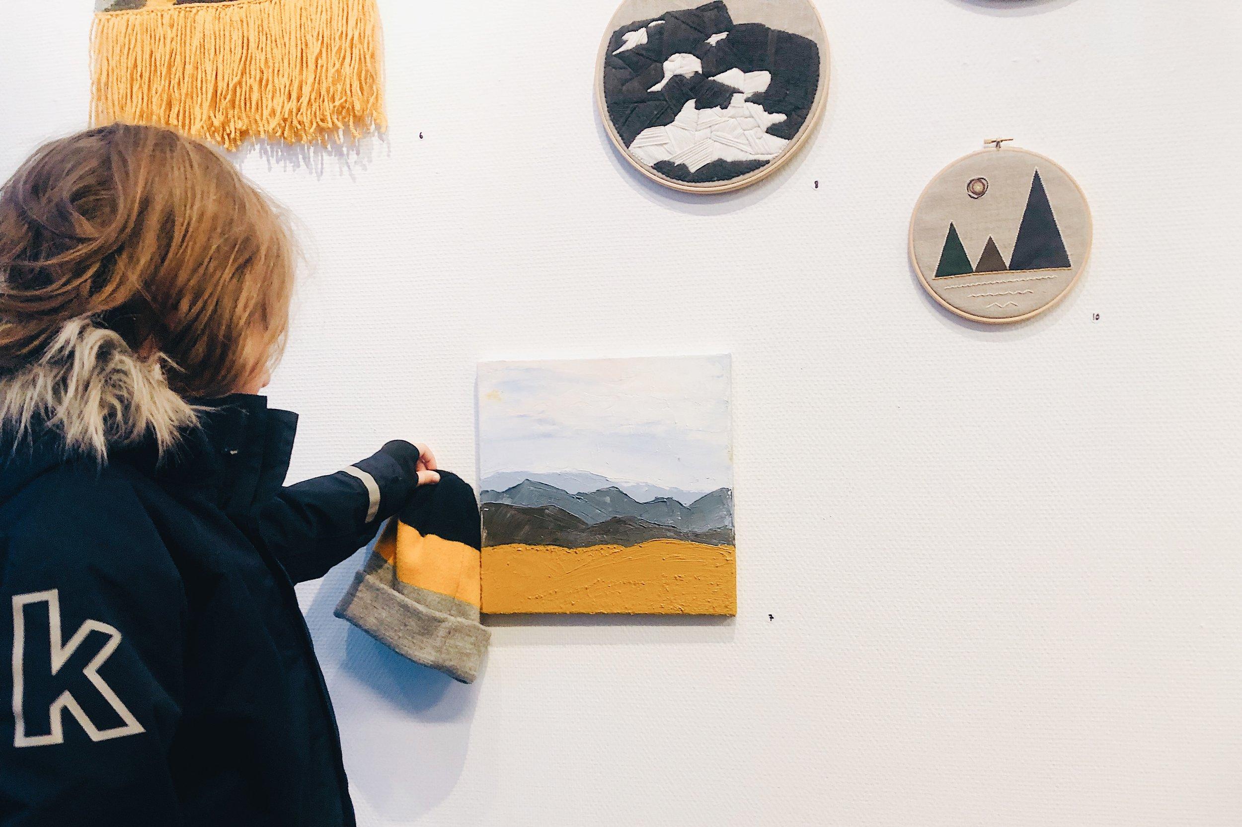 Wilton menar att hans ullmössa inspirerat till min oljemålning. Han önskar också få låna pengar av mig för att kunna köpa tavlan av mig.