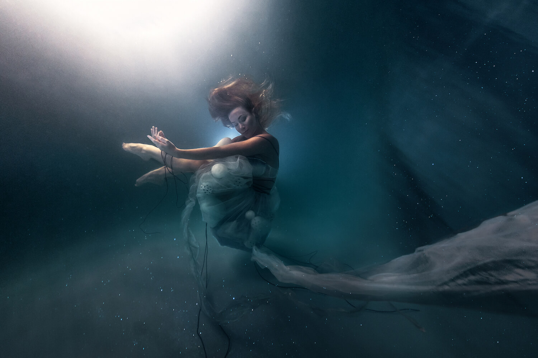 Ilse Moore underwater crystal cinema_002.jpg