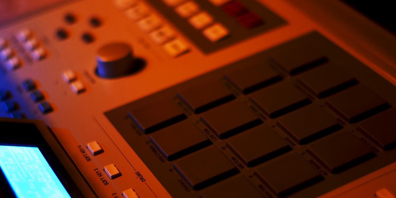 Akai MPC-3000/OS Vailixi 3.51     Sync Master    > Audio Out Jitter - 5 samples (0.10ms) > MIDI TX Jitter - 1 sample (0.02ms)    Sync Slave - MIDI Clock    > Audio Out Jitter - 12 samples (0.25ms) > MIDI TX Jitter - 26 samples (0.54ms) > Start Latency - TBC