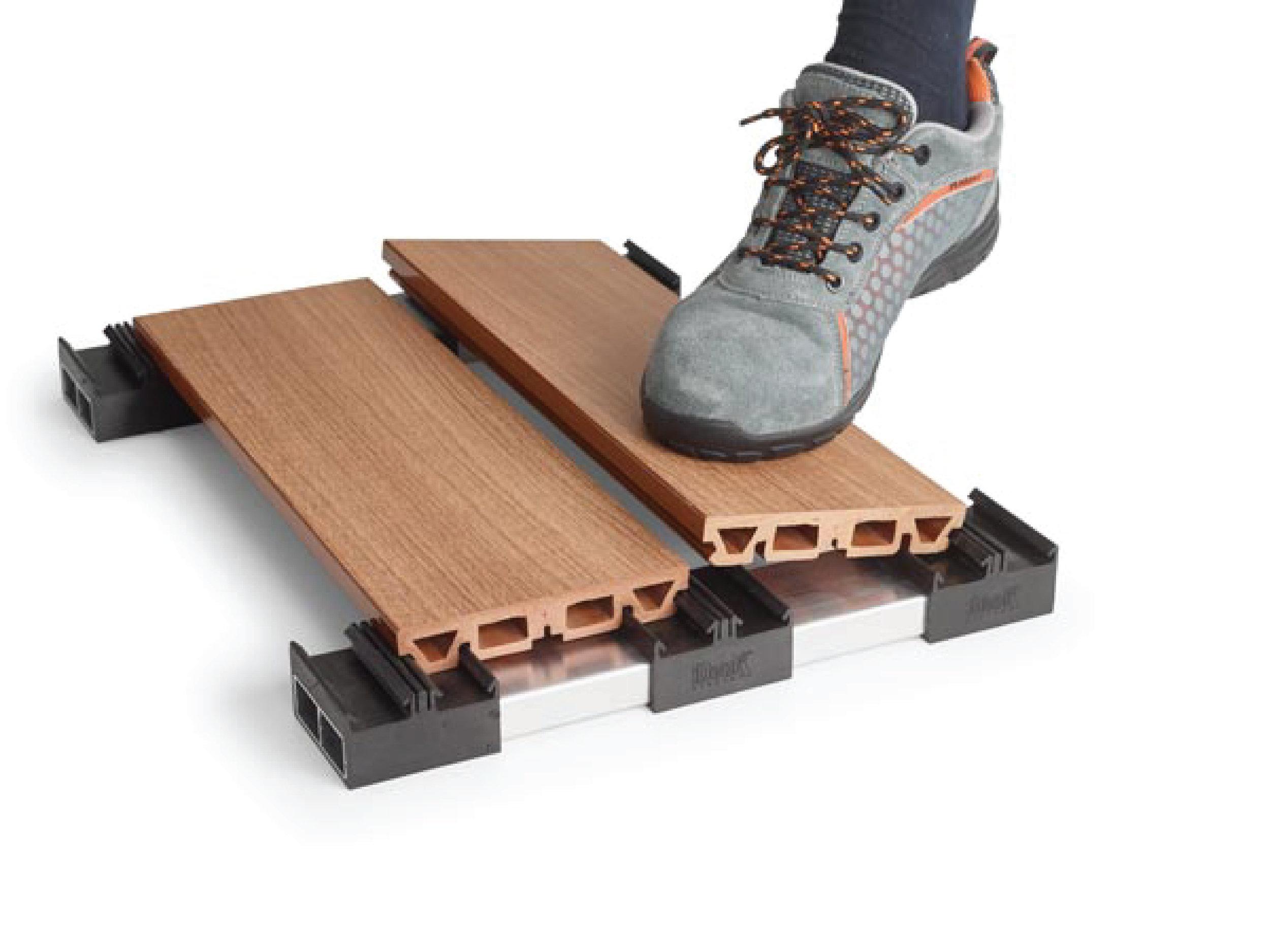 EASYCLICK - EasyClick est le moyen d'installer votre terrasse avec la seule pression du pied , en utilisant un support breveté , rapide , rigide et élastique en même temps , capable de s'adapter à la dilatation des matériaux. Les support spéciaux EasyClick annulent les risques d'erreurs , réduisent les temps d'installation et augmentent la stabilité globale de la terrasse.